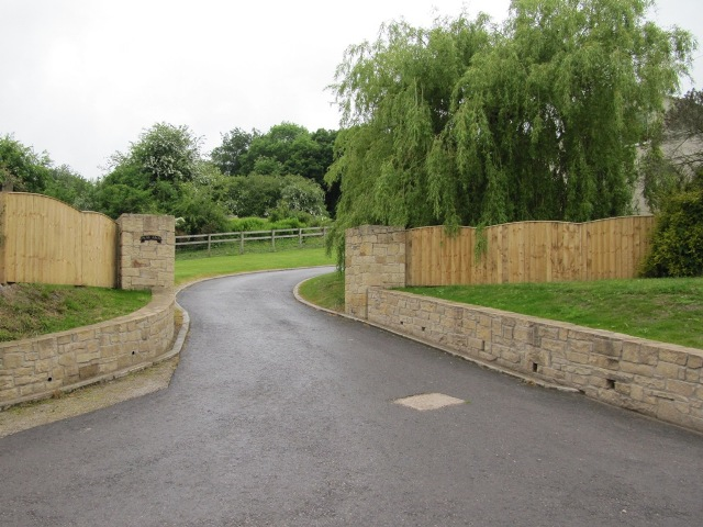 Natural buff random sandstone wall with gate posts (1)